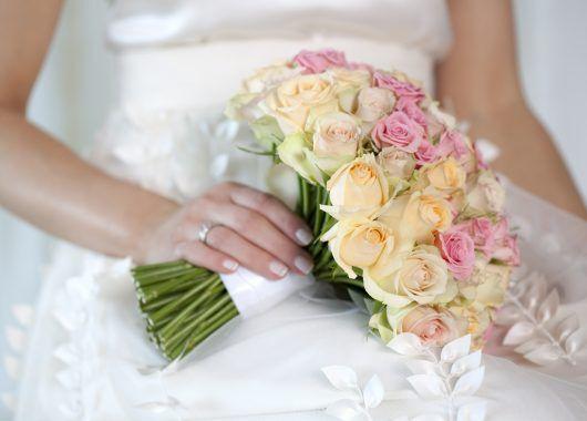 klassisk brudebukett med roser i fersken og rosa