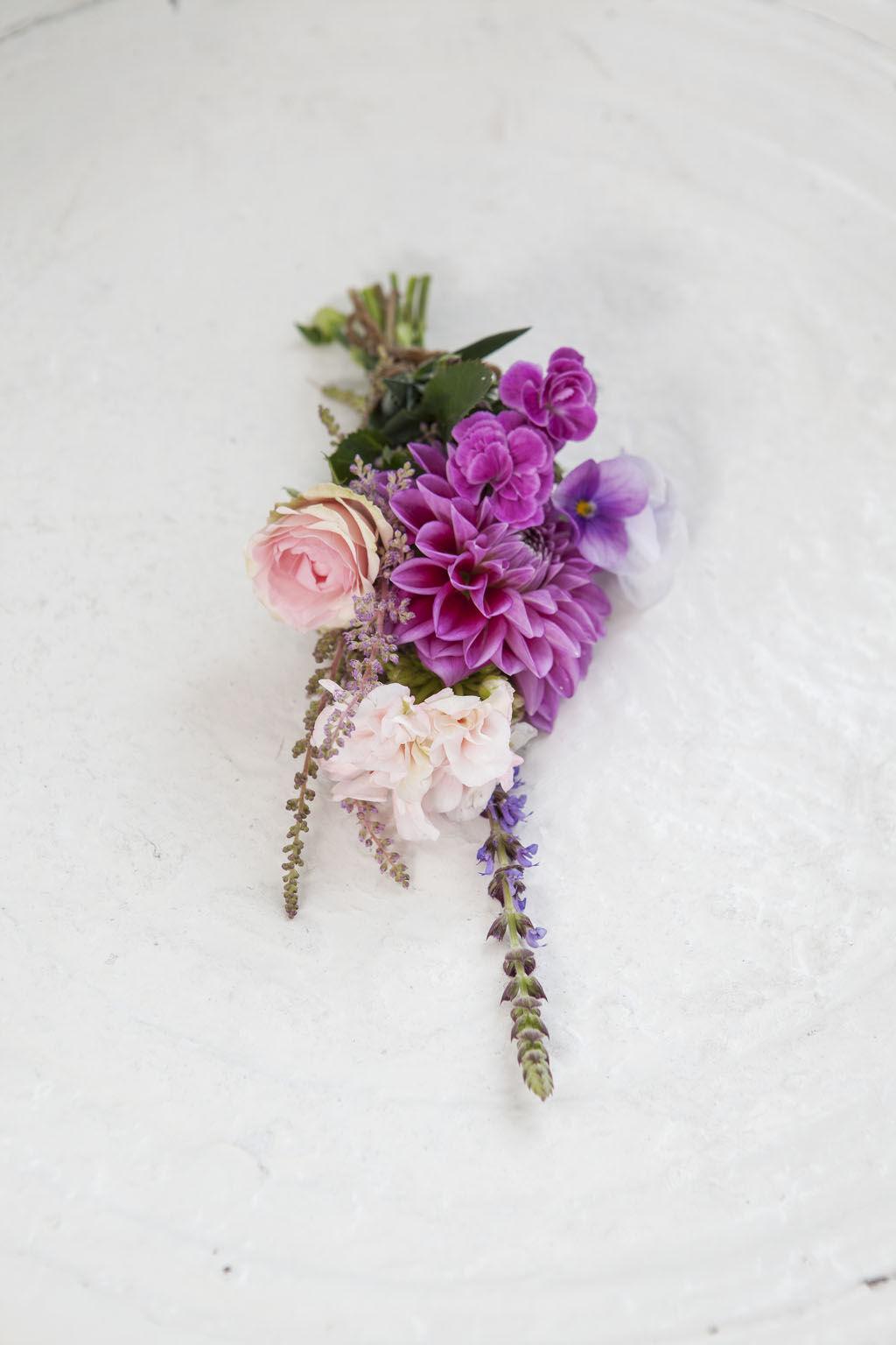 legg 7 slag blomster under hodeputen natt til sankthansaften