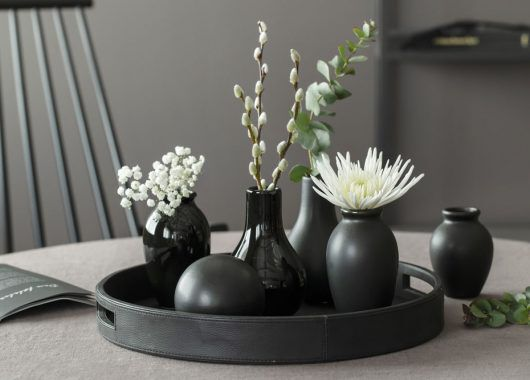Sorte florum vaser på loungefat
