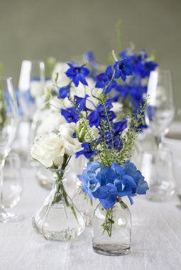 riddersporer og hortensia i blå og hvit på festbordet