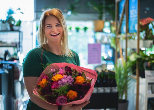 Hanne Lulu Holst med årets Rosa sløyfe-bukett