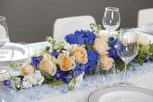 blomsterdekorasjon i blå og fersken