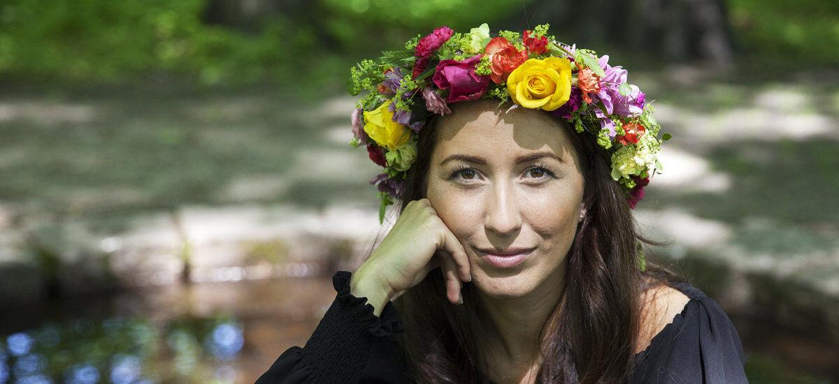 Pynt deg med blomsterkrans i håret