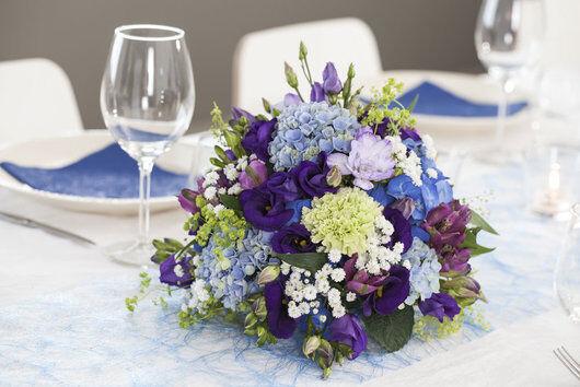 vakker blomsterkule i blålilla fargetoner