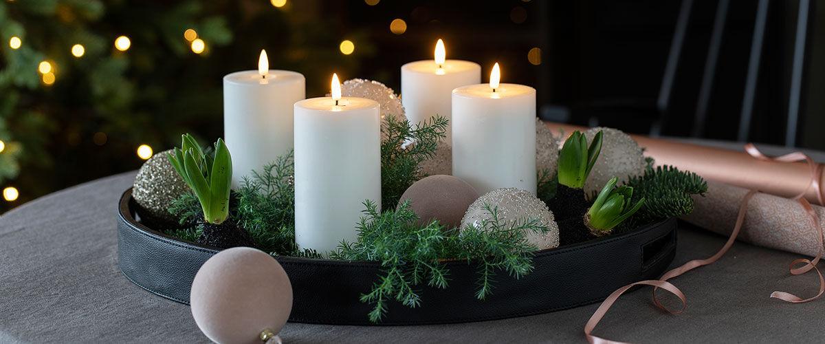 fat med lys og vaser med brudeslør og gåsunger