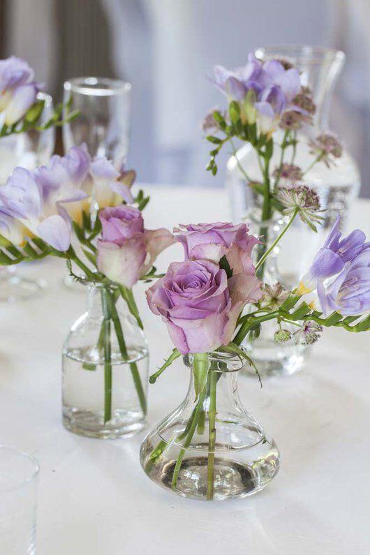 festbord pyntet med små Dalebekken vaser og blomster