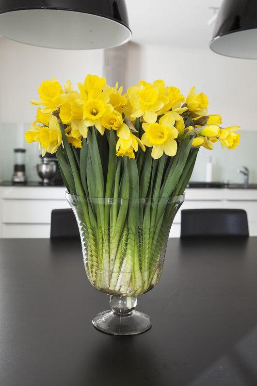 nydelig med avskårne påskeliljer i vase