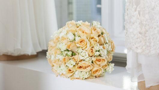 brudebukett med forskjellig sorter roser i hvit og fersken