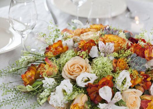 festbordet pyntet med blomster i gylne farger