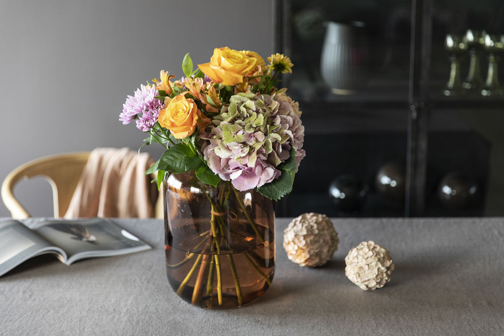 Leaf vase med høstblomster