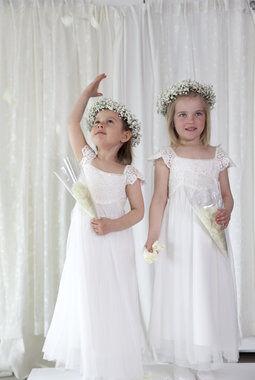brudepiker med kranser og buketter av brudeslør