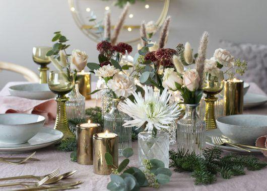 la det bugne av blomster på festbordet