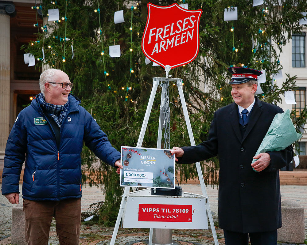Administrenrende direktør i Mester Grønn Erling Ølstad overleverte 1 million kroner til Frelsesarmeen.