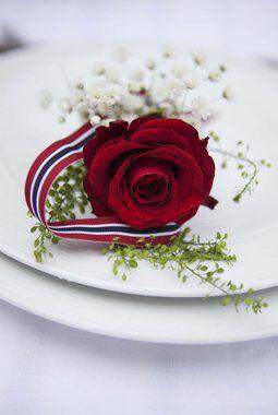 enkel kuvertpynt med rose og brudeslor