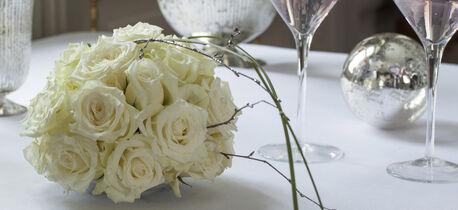 hvit rosekule på festbordet