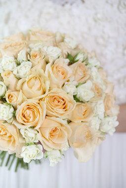 brudebukett med roser i fersken og hvit