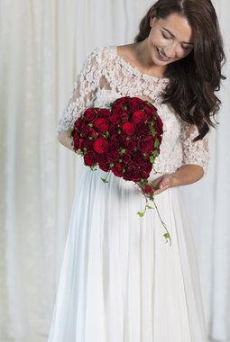rød rose og eføy som knapphullsblomst