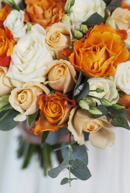 brudebukett med gylne roser