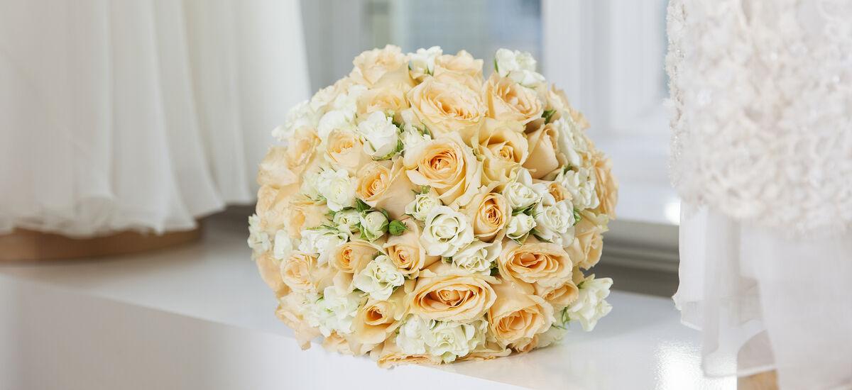 brudebukett med roser i hvit og fersken til bryllupet