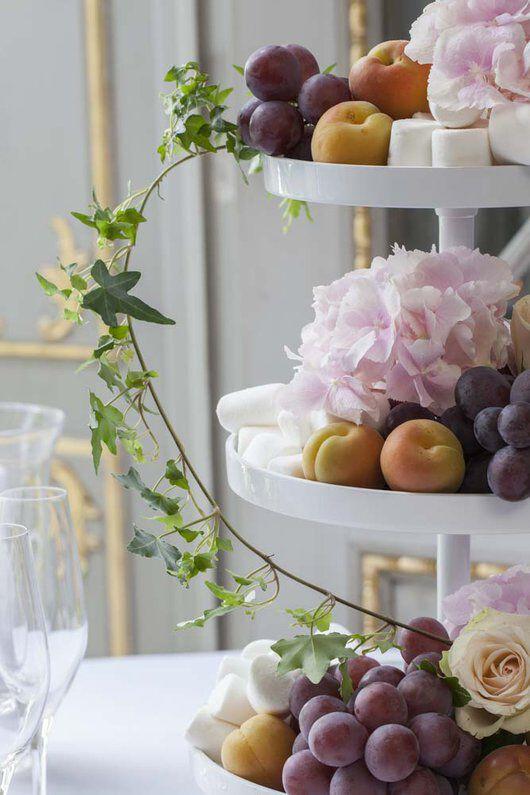 festbord med stettfat pyntet med frukt og blomster