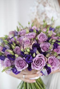 brudebukett med lisianthus og roser i lillatoner