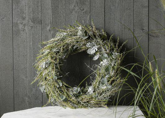 høstkrans med hvit lyng og sølvkrans