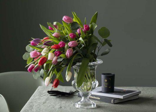 Bukett med tulipaner og sesongens grønt