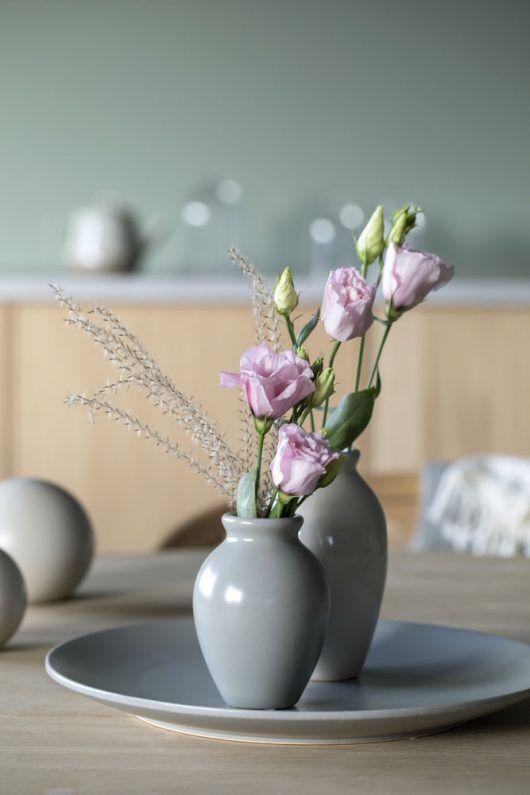 Florum vaser pyntet med lisianthus og eucalyptus