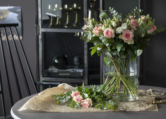 bukett med roser i glassvase
