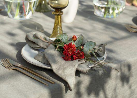 enkel og vakker kuvert med krysantemum og eukalyptus
