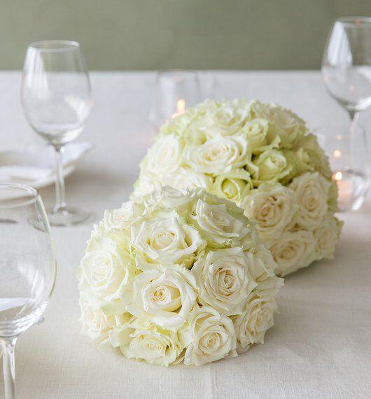 hvite rosekuler på festbordet