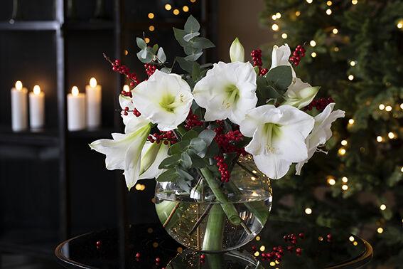 hvit julebukett med roser