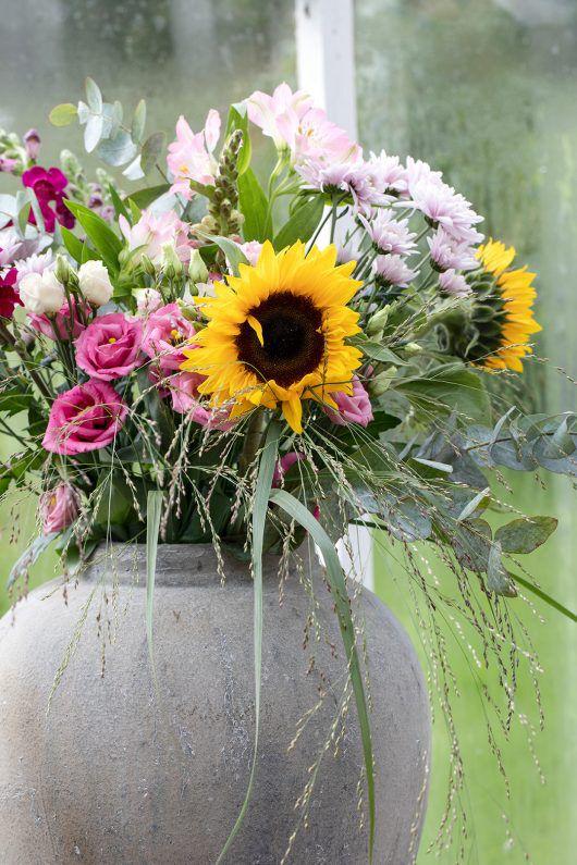 solsikker er vakkert med andre sommerblomster