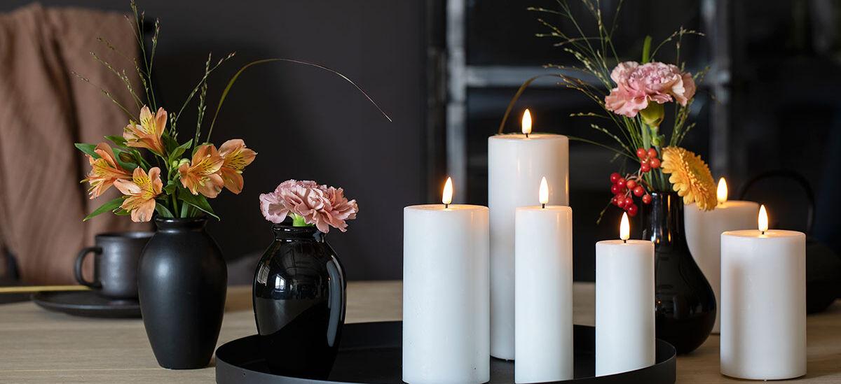 voksede ledlys og vaser med blomster