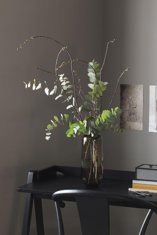 Misty glassvase med eukalyptus og kirsebærgrener.