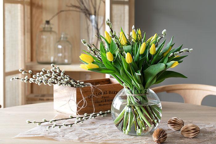 du trenger ikke mer enn gule påskeblomster for å skape påskestemning
