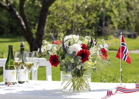plukk og miks blomster i rødt, hvitt og blått