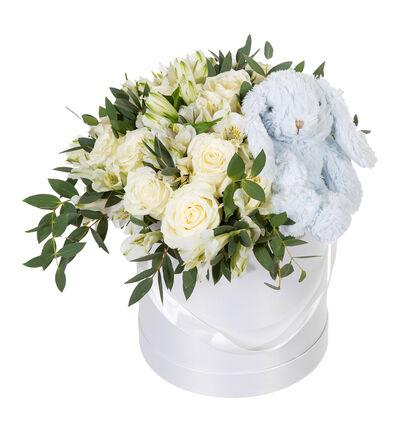 Hvit rosebukett i gaveeske med blå bamse
