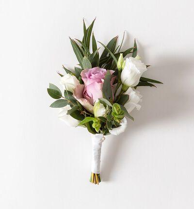 Knapphullsblomst med lilla rose og grønt