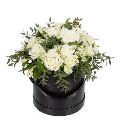 Hvit rosebukett i sort gaveeske