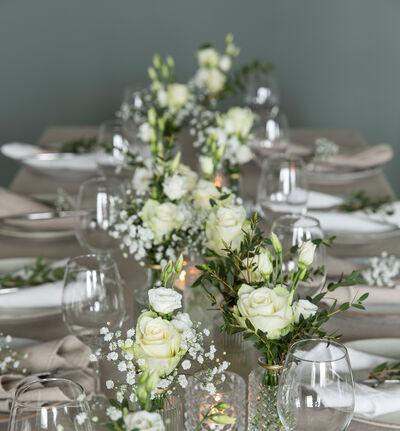Stor hvit festpakke med små vaser