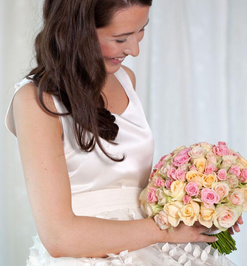 Klassisk brudebukett i fersken og rosa image number null