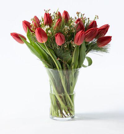 Rød tulipanbukett med voksblomst og grønt