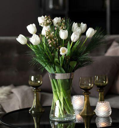 Hvit tulipanbukett med voksblomst og grønt