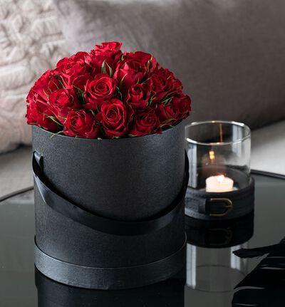 Røde roser i sort gaveeske