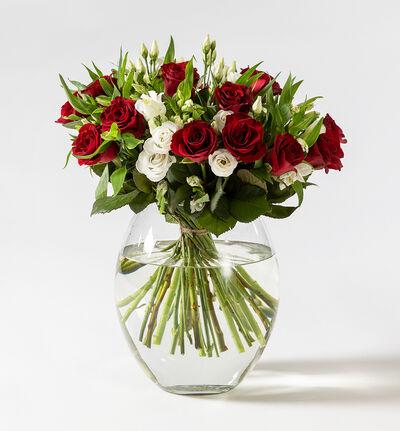 Rød rosebukett med lisianthus