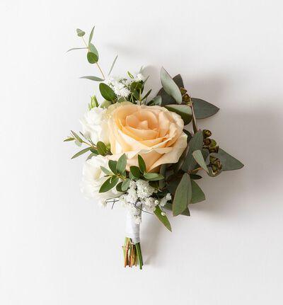 Knapphullsblomst med fersken rose og grønt