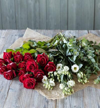 Rød og hvit blomsterpakke til vasen