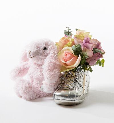Rosa og lilla roser i babysko med bamse