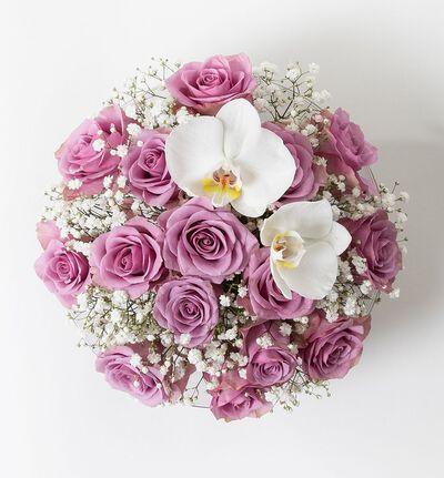 Lilla rosedekorasjon med orkidéklokker